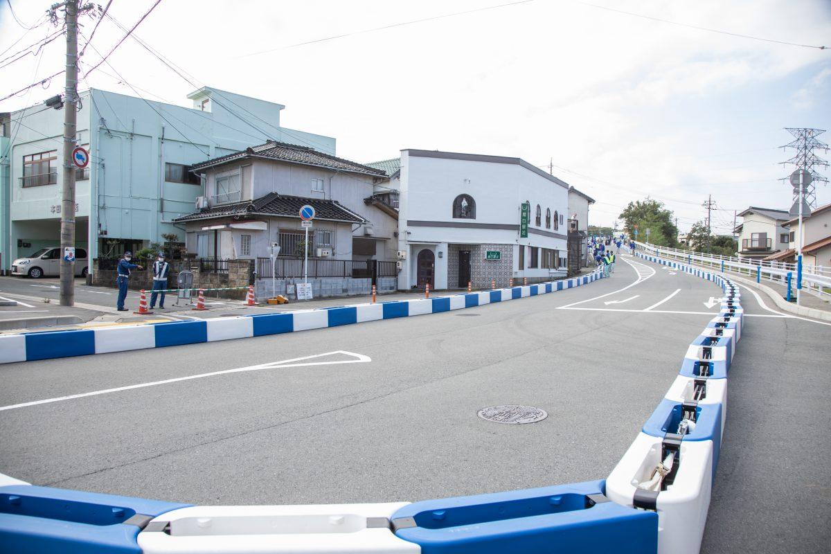 写真:江津市街地コースに設営されたGoTrackBarriers(ゴートラックバリア)