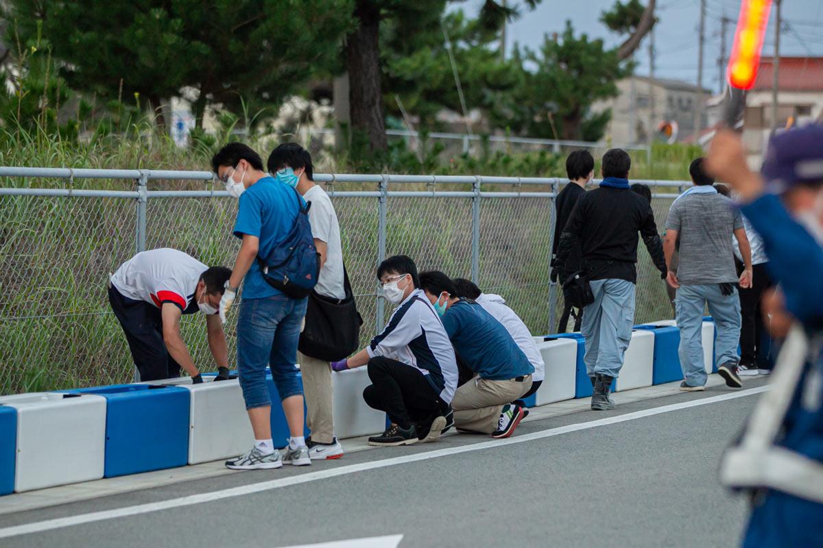 写真:A1市街地グランプリGOTSU2020のコース設営を行う地元ボランティア