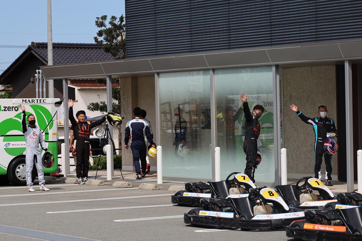 写真:A1市街地グランプリGOTSU2020決勝レース後に観客に手を振るドライバー