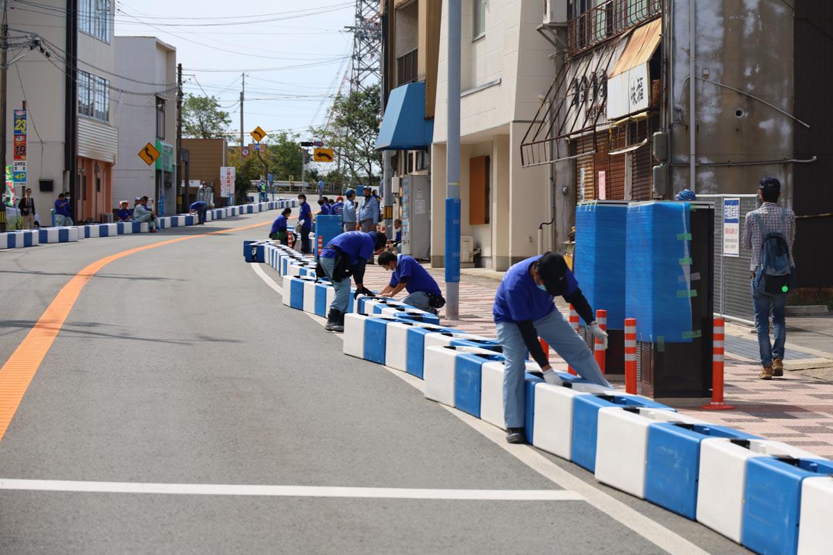 写真:A1市街地グランプリGOTSU2020のコース撤去を行う地元ボランティア