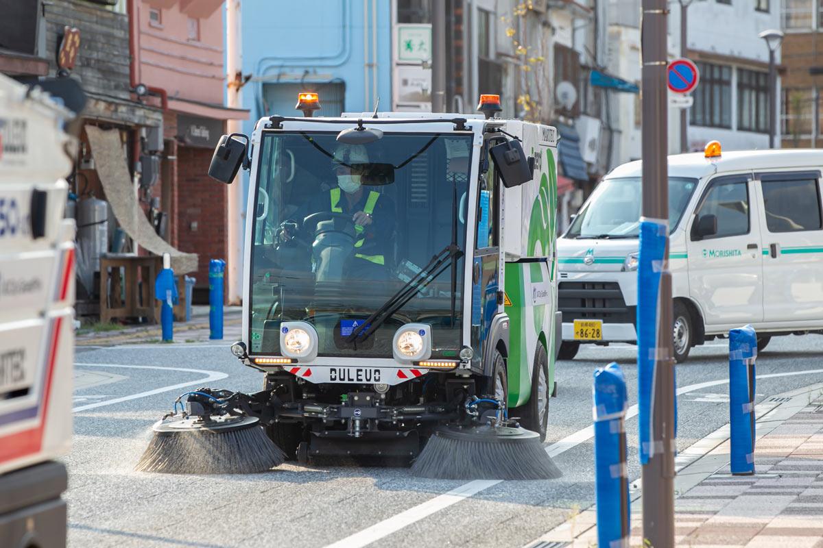 写真:A1市街地グランプリGOTSU2020公式EV道路清掃車DULEVOが江津市街地コースを清掃する様子